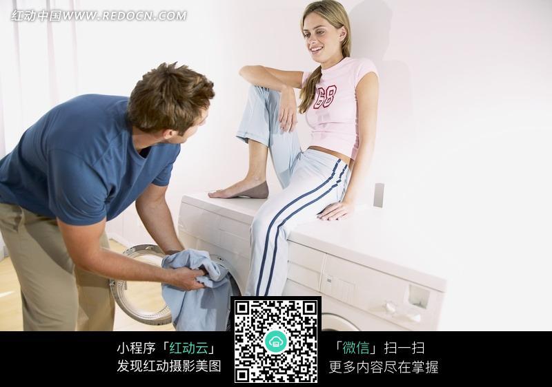 美女看着帅哥洗衣服图片