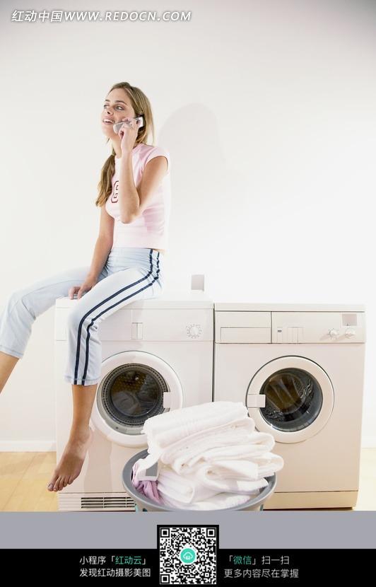 坐在洗衣机上打的美女图片