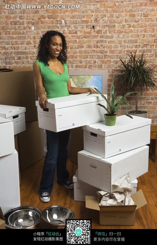 搬箱子的女人图片