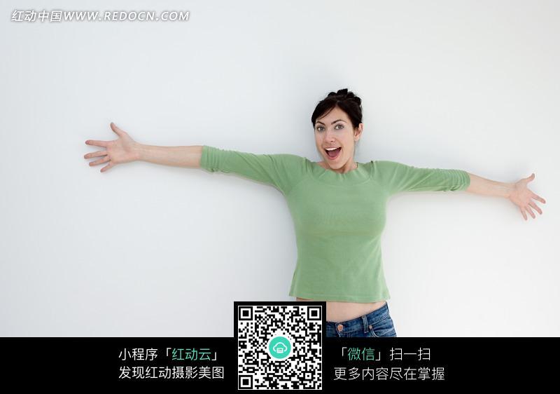 张开双臂表情兴奋的女人