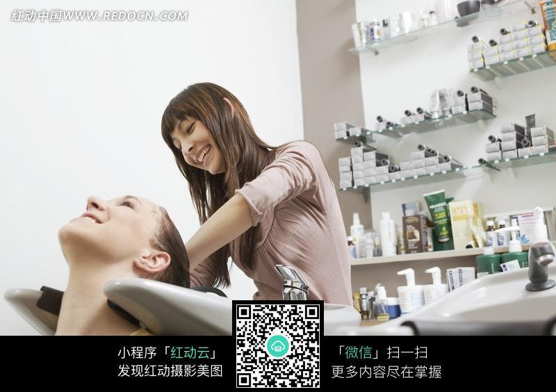为顾客洗头的美女理发师图片
