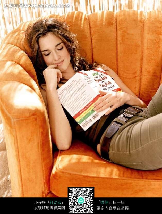 躺在沙发上看书睡觉的外国美女