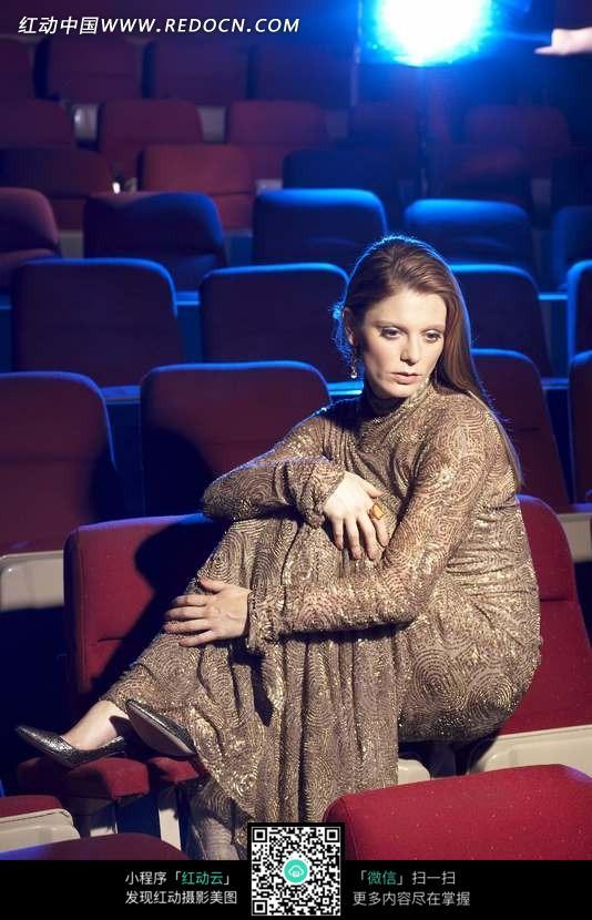 坐在影院椅子上的外国美女图片
