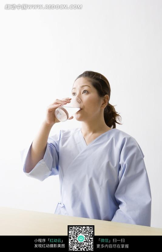 喝牛奶的美女病人图片
