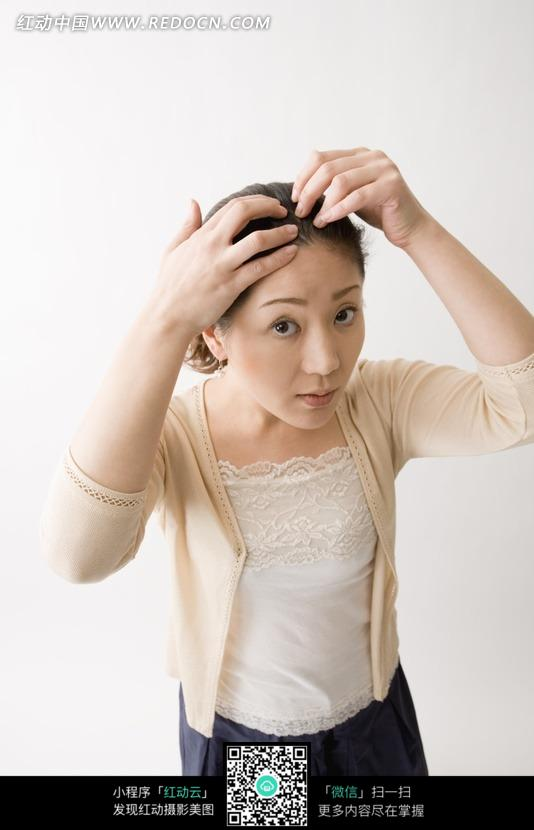正在整理头发的女子图片