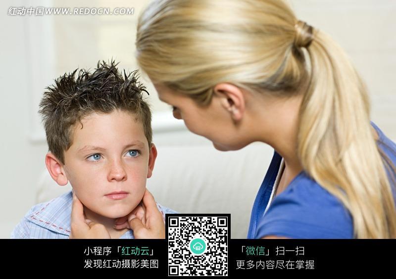 小男孩和女人电影_女人抚摸小男孩脸颊 jpg图片