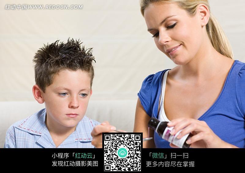 喂小孩吃药的美女图片
