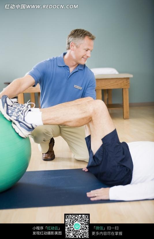老年人腿部健身球锻炼图片
