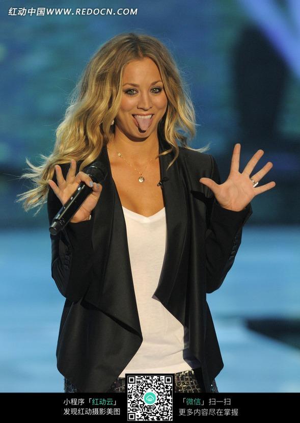 吐舌头张着手的外国美女?