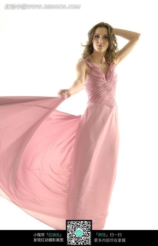 舞动裙摆的粉色晚礼服模特图片