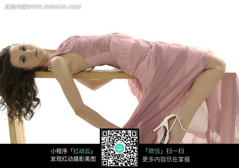 长凳上躺着的粉色礼服美女模特图片 女性女人