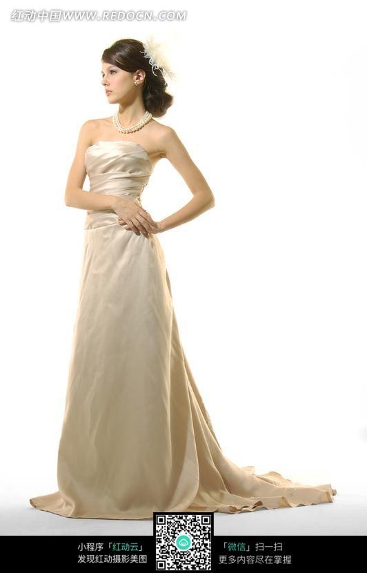 杏色拖地长裙抹胸礼服美女模特