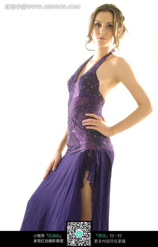 深紫色礼服美女模特图片