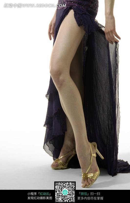 深紫色礼服美女模特腿部特写图片
