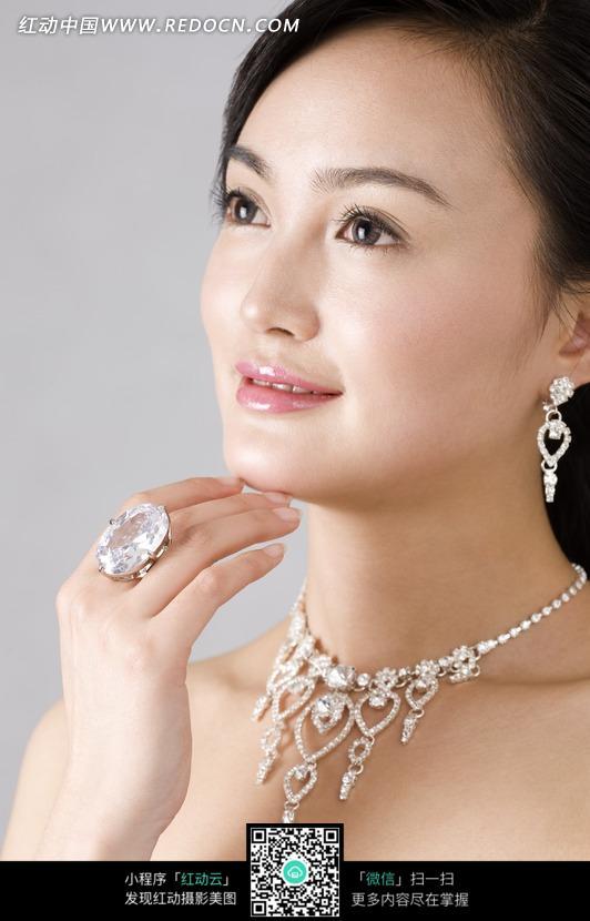 戴钻石的优雅女人图片 竖
