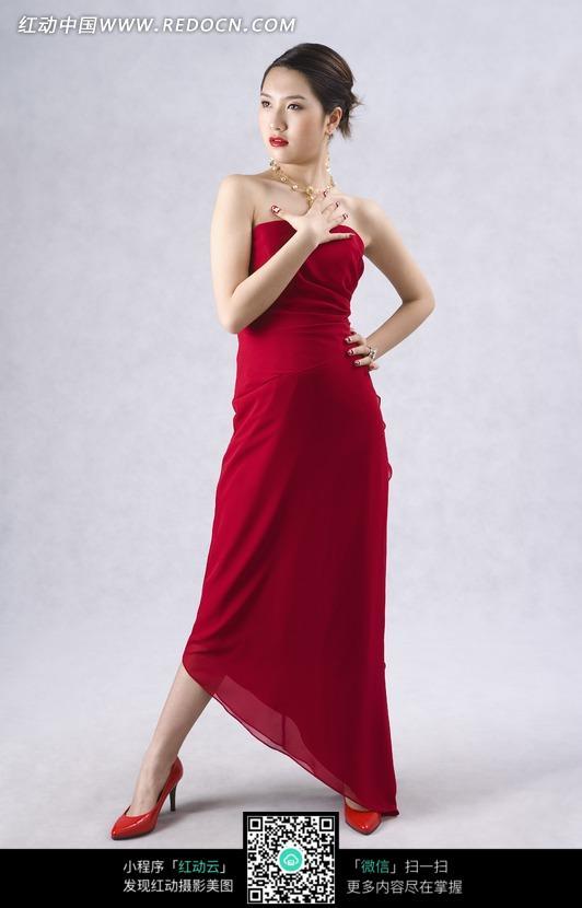 红色晚礼服的美女模特图片
