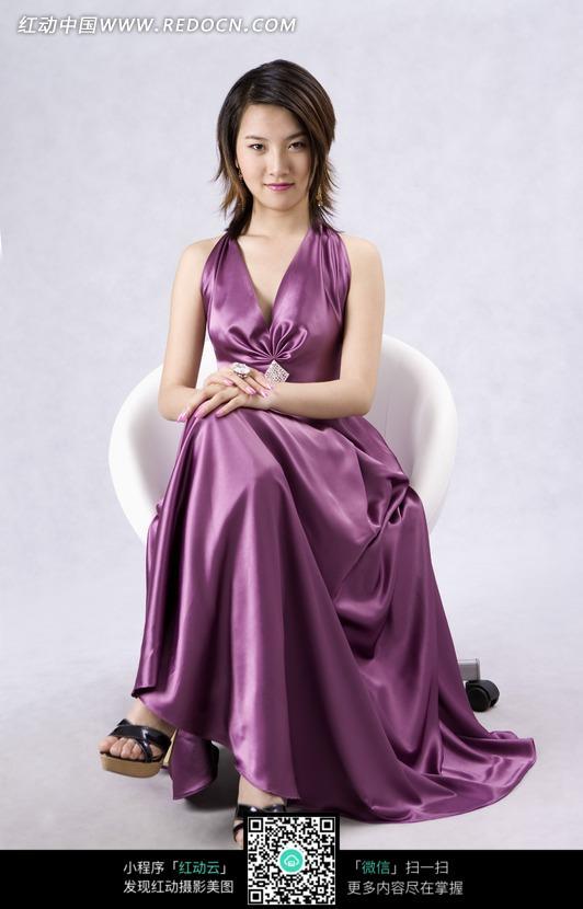 紫色晚礼服的美女模特图片