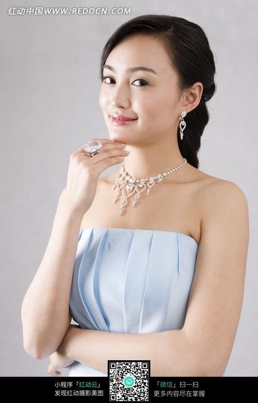 蓝色晚礼服的珠宝首饰模特图片
