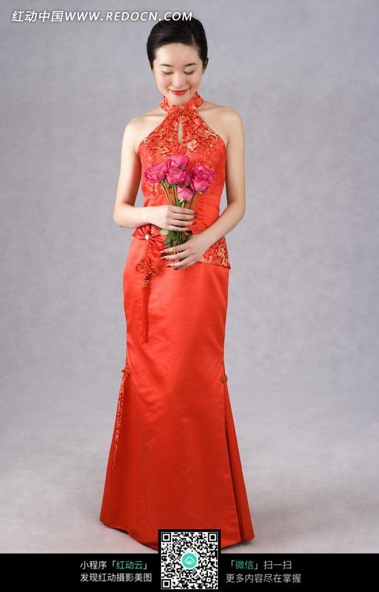 红色 中国风 旗袍 新娘礼服 晚礼服 长裙 玫瑰花 美丽 气质 优雅 美女 模图片