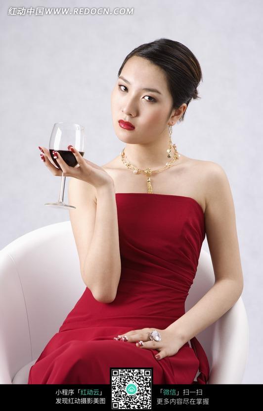 拿着红酒的红色礼服美女模特图片 竖