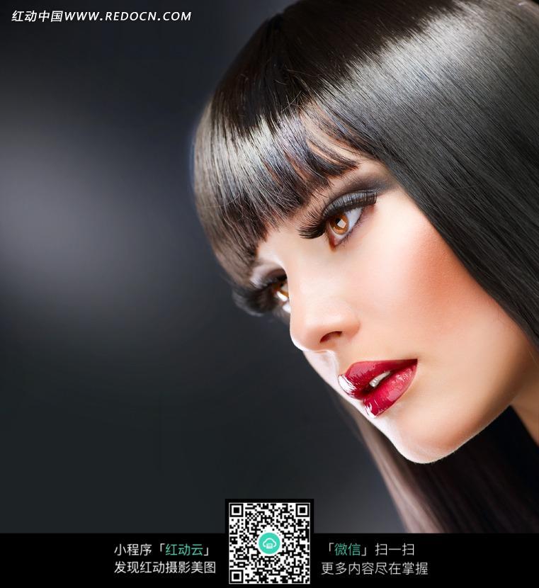 黑发红唇美女模特图片