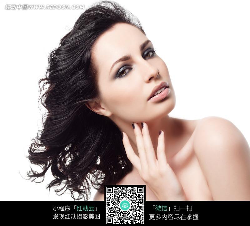 黑色卷发外国美女人物图片