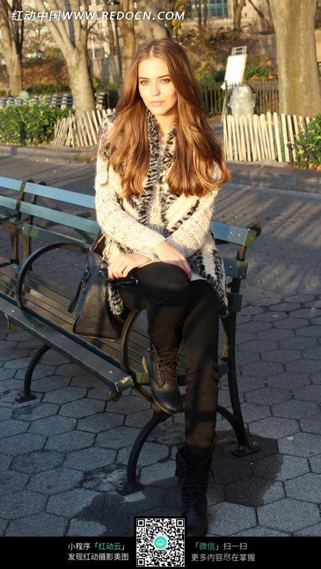 坐在街头外国上的美女美女摄影师vivi长椅图片