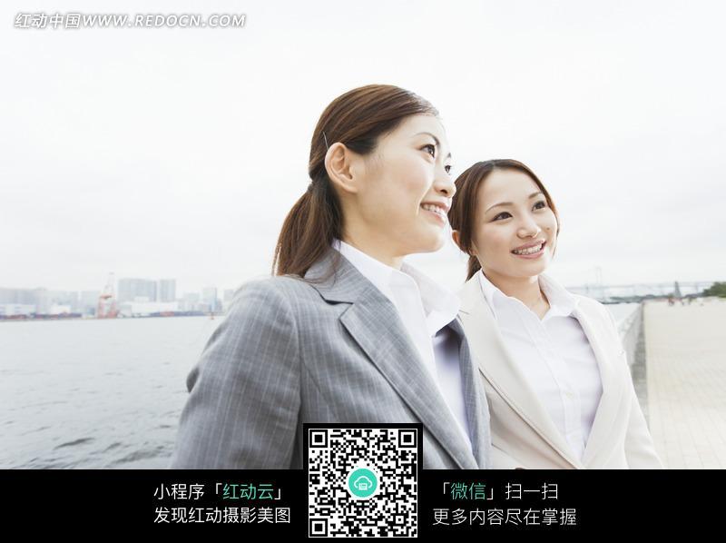 免费素材 图片素材 商务金融 现代商务 站在海边街道的两位女白领  请