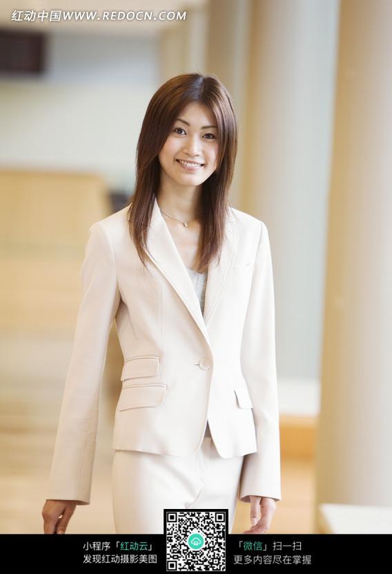 穿着白色衣服的美丽女白领