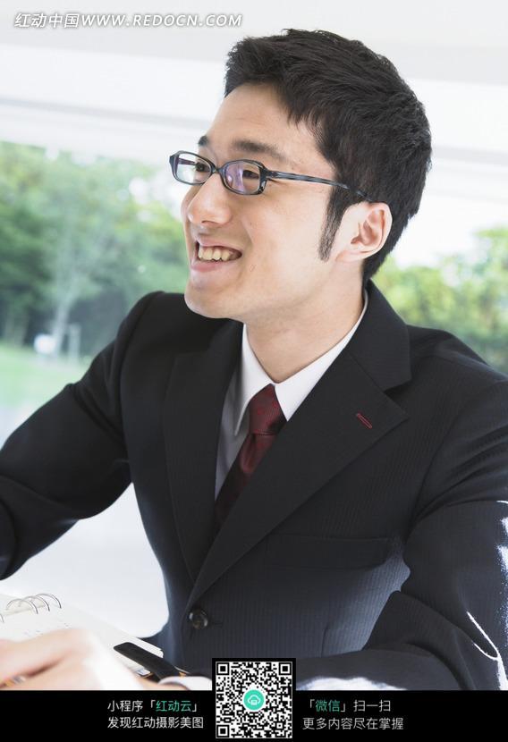 微笑的戴眼镜的职业男性图片