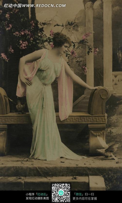 免费素材 图片素材 人物图片 女性女人 欧美复古风-花园里的女人  请