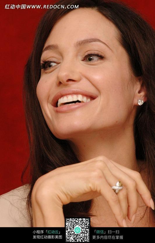 素材下载 图片素材 人物图片 名人明星 > 张嘴微笑的茱莉图片
