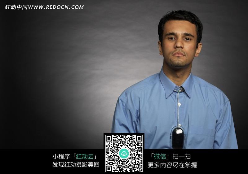 穿着蓝色衬衫的男士图片