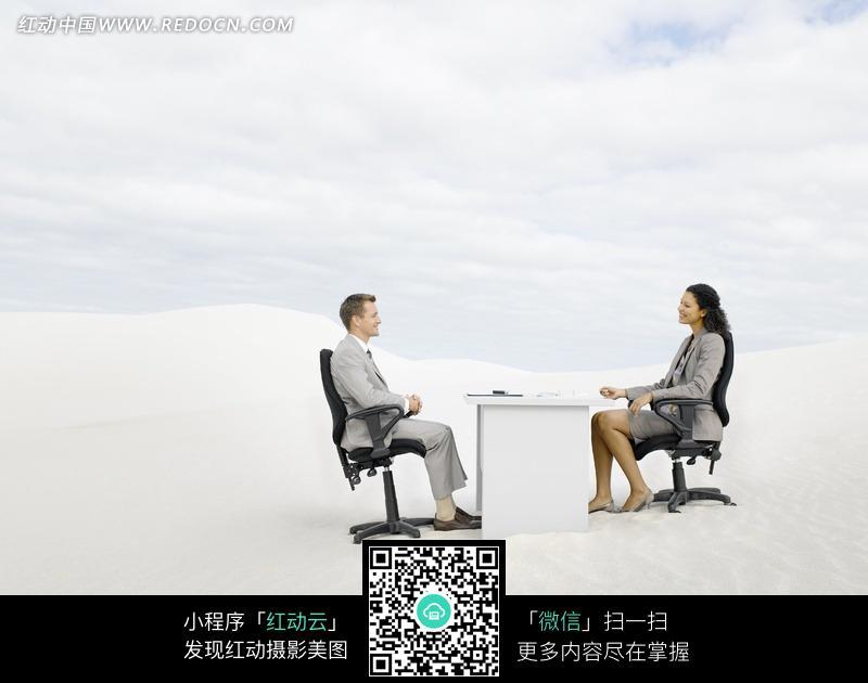 坐在户外洽谈业务的商务白领图片_日常生活图