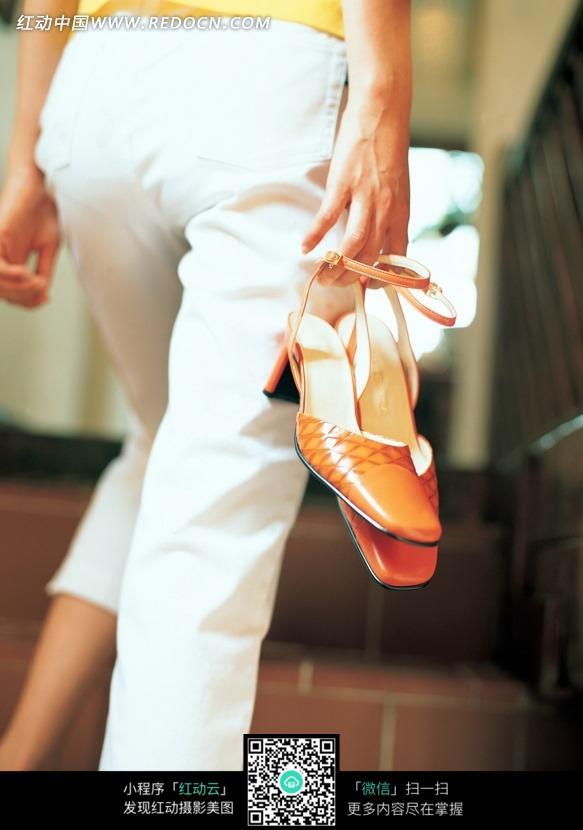 手提高跟鞋走路的的美女图片-初中图片素材|图美女成都人物图片
