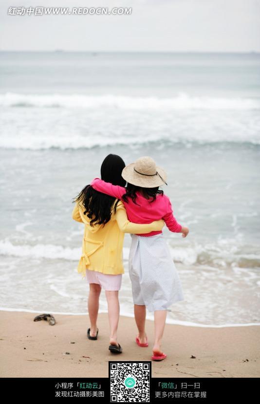 沙滩上两个美女的背影图片