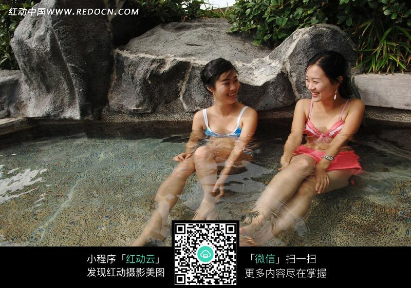 坐在水中微笑交谈的美女图片
