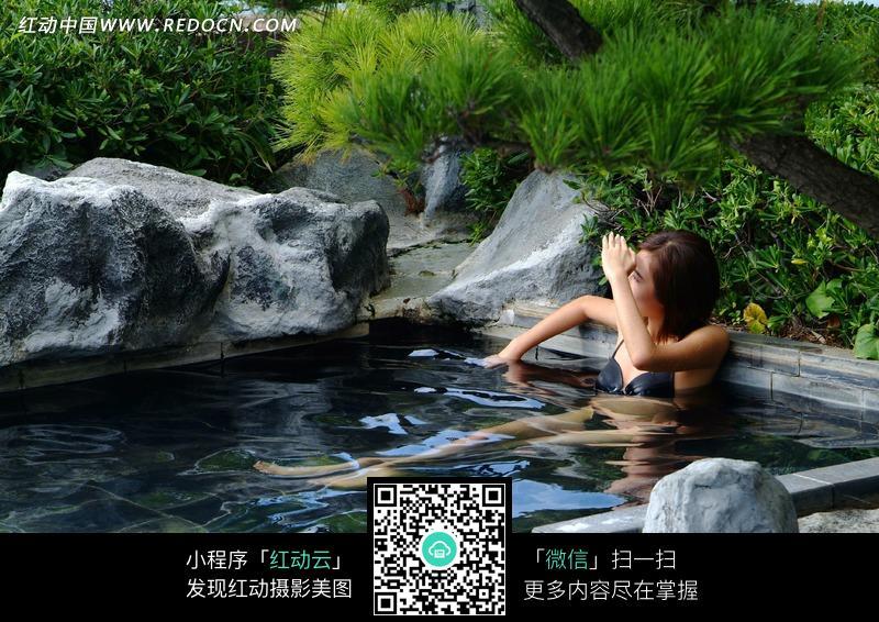 泡在水池中的泳装美女