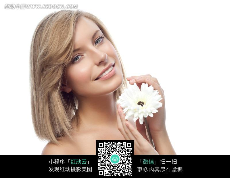 金发美女与白菊花图片