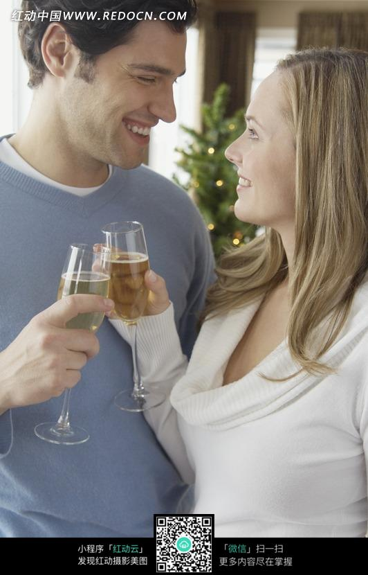 举着酒杯干杯的亲密情侣图片