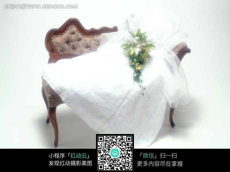 欧式沙发上的婚纱和花球