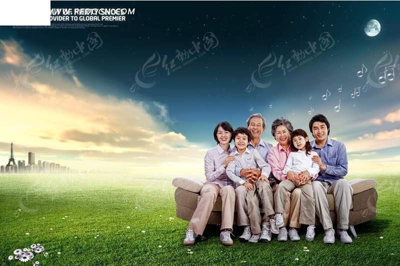 坐在草地上的一家人psd免费下载图片