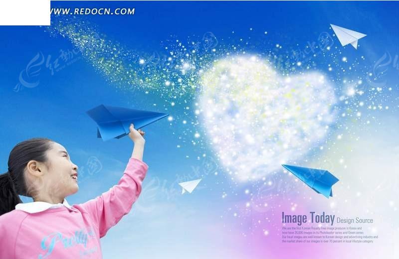 玩纸飞机的小女孩