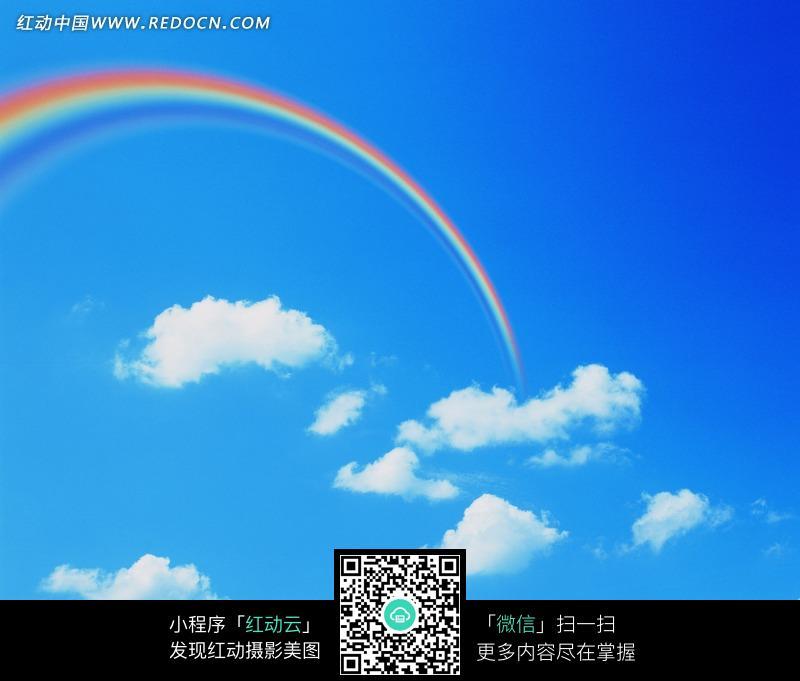 蓝天白云下的彩虹风景图片