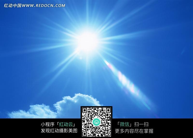 我字的字体设计_蓝天白云中太阳发出的放射光芒图片免费下载_红动网