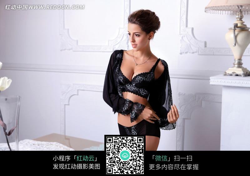 穿着黑底白色花纹蕾丝文胸的戴着黑色围巾的女模特
