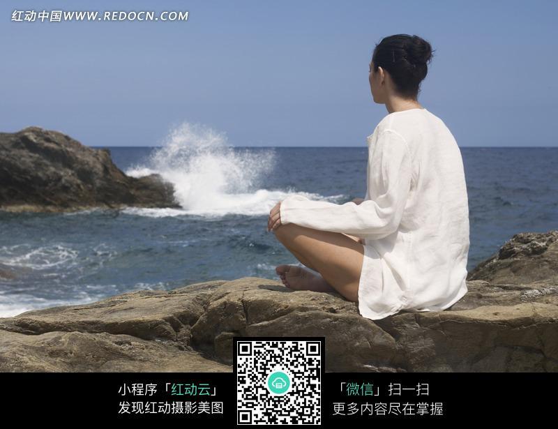 盘腿坐于海边的女子近照