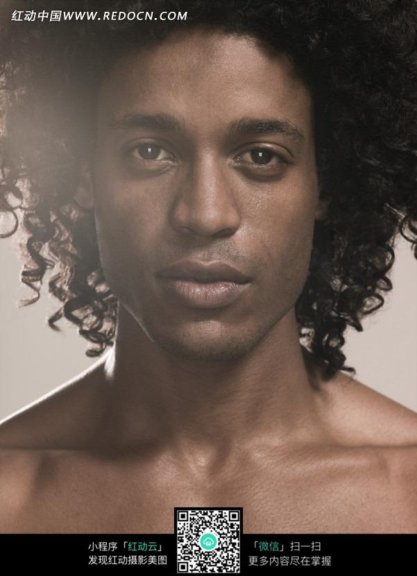 欧美超级大胆人体特写_男子 黑人 卷发 正面照 高清 时尚 肢体美 模特 艺术写真 人体摄影 人