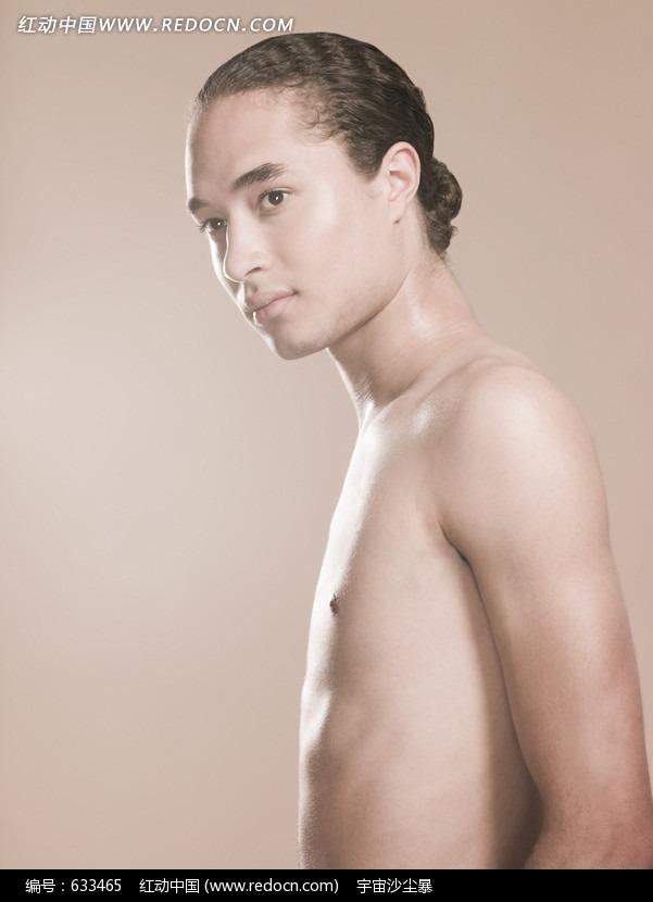 帅哥 半裸上身 侧面图片