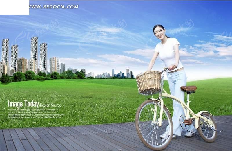 蓝天下草地旁推着自行车的美女psd素材
